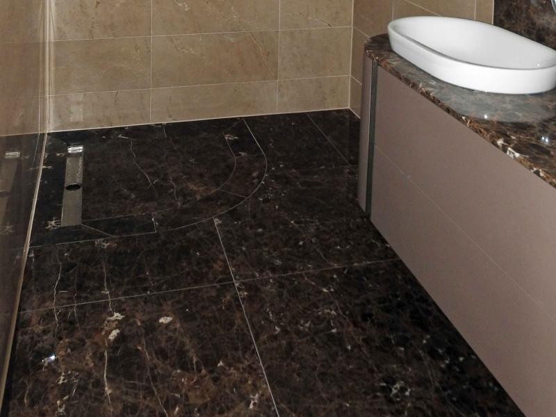 Voorbeelden badkamers natuursteen inrichten met planten