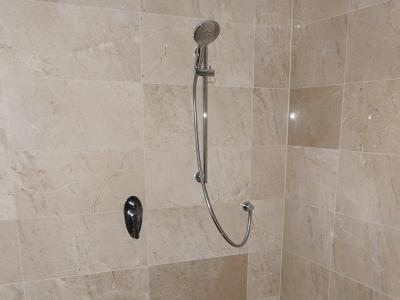 natuursteen tegels badkamer en douche